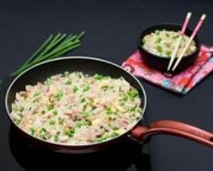 Riz cantonnais pas cher en 10 min : http://www.cuisineaz.com/recettes/riz-cantonnais-pas-cher-en-10-min-59227.aspx