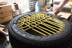 DIY: So baust du dir aus Autoreifen einen coolen Sessel DIY: How to build a cool armchair out of car Tire Furniture, Diy Outdoor Furniture, Recycled Furniture, Tire Seats, Tire Chairs, Diy Home Crafts, Diy Crafts To Sell, Diy Home Decor, Small Patio Ideas On A Budget