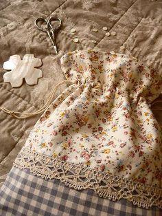Sewing ditty bag= A cute bag Sewing Hacks, Sewing Tutorials, Sewing Patterns, Bag Tutorials, Fabric Crafts, Sewing Crafts, Sewing Projects, Creation Couture, Craft Bags