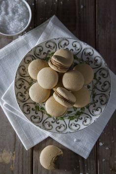 Macarons al caramello salato: I #macarons al #caramellosalato sono una bontà inimmaginabile, da gustare ad occhi chiusi ogni volta che si desidera una coccola tutta per sè!