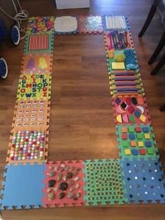 DIY un parcours sensoriel pour enfants à fabriquer maison activities These creative sensory walk activities for kids are great for exploring the senses. Baby Sensory Play, Sensory Wall, Sensory Rooms, Sensory Boards, Sensory Bins, Sensory Bottles, Sensory Blocks, Sensory Motor, Baby Sensory Bags