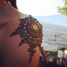 Henna shoulder at the Thursday Night Market, downtown Chico, California. Henna Ink, Henna Body Art, Body Art Tattoos, Tatoos, Piercing Tattoo, Piercings, Henna Tattoo Designs, Mehndi Designs, Tattoo Ideas