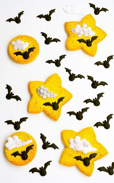 #cookiedecorating #decoratedsugarcookies #cookiedecoratingtutorial  #sugarcookiedecorating #edibleart #cookielove #sugarcookies #royalicing  #cookieart #foodcrafting #cookiecrafting #cookietutorial #royalicingcookie #Cookies #thebearfootbaker #bat #halloween #animalcookies #royalicingtransfers Halloween Cookies Decorated, Halloween Sugar Cookies, Decorated Cookies, Royal Icing Templates, Royal Icing Transfers, Cookie Decorating Party, Spooky Treats, Royal Icing Decorations, Cookie Tutorials