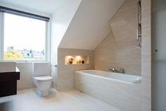 Badezimmer auf dem Dachboden  viel Tageslicht  gekonnt ausgewählte künstliche Beleuchtung