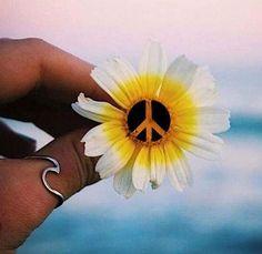 Peace out tattoo idea. Hippie Peace, Happy Hippie, Hippie Love, Hippie Art, Hippie Style, Hippie Things, Hippie Chick, Peace Love Happiness, Peace And Love