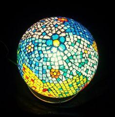Juega con las tonalidades de los mosaicos para crear una lámpara original y colorida.