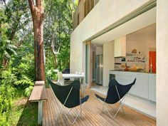 In the exclusive costal enclave of Pearl Beach north of Sydney is a fabulous modern take on the. Indoor Outdoor Kitchen, Outdoor Life, Outdoor Living, Outdoor Decor, Outdoor Spaces, Sliding Wall, Sliding Doors, Deck Seating, Outdoor Curtains
