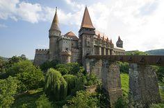 Belos castelos da Europa - Castelo de Hunyad, Romênia construído em 1462. Lindo!!