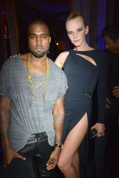 Pin for Later: Kanye West a enfin réussi à sourire !!!!! Champagne !!!!!! Anne V a beau lui faire de la jambe... pas fun