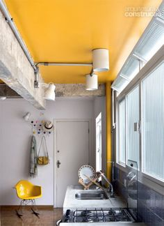 the use of color in this space is very unique Roof Colors, Wall Colors, House Colors, Yellow Ceiling, Coffee Design, Loft Style, Mellow Yellow, Small Apartments, Interior Design Kitchen