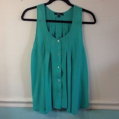 Papaya tank top in green button down style, flowy- Papaya green tank top with button front. Gathered and flowy in front. Shorter in back. Gently worn. Great condition. Size Large Papaya Tops Tank Tops