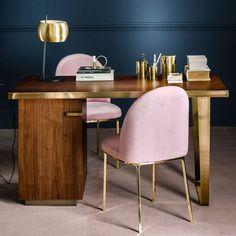 tendance déco bleu nuit - bureau en bois et chaises roses