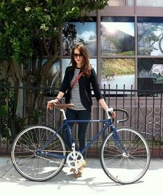 Awesome outfit and awesome fixie bike! Urban Cycling, Urban Bike, Cycle Chic, Bicycle Women, Bicycle Girl, Bici Retro, Fixed Gear Girl, Estilo Navy, Urban Lifestyle