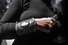 """Nouvelle créa """"Marie Wicca"""" New Line: Armure Elfik Tres beau bracelet de force Elfik. DIM: 11x7cm  Origine Perles: inde  Sertissage:Polymère+résine  Fait main.  Matières: Polymère,Labradorite:43,3x20x9,8mm. Patine Argent antique et vernis. Fermeture: Chaînes auto ajustable en alliage.  Ref:0207"""