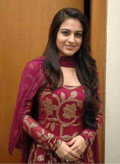 Pakistani Formal Dresses, Indian Gowns Dresses, Indian Outfits, Pakistani Girl, December Outfits, Saree Blouse Neck Designs, Long Dress Design, Indian Designer Suits, Anarkali Dress