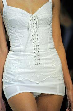 Dolce & Gabbana Spring 2011 Ready-to-Wear Fashion Show Details 90s Fashion, Runway Fashion, High Fashion, Fashion Show, Vintage Fashion, Fashion Outfits, Womens Fashion, Fashion Design, Fashion Online