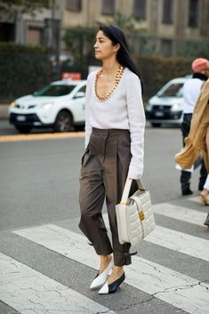The best street style from Milan Fashion Week Spring/Summer 2020 - Page 8 Fashion Milan, Cool Street Fashion, 90s Fashion, Autumn Fashion, Fashion Weeks, Vogue Paris, Classic Chic, Street Style Looks, European Fashion
