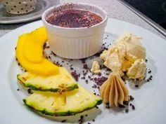 Forårsdessert med bl.a. citronparfait og bagt chokoladesoufflé