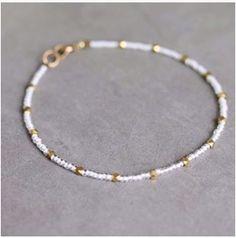 Dit leuke armbandje is is 1,50€ Surf Necklace, Diy Necklace Bracelet, Diy Earrings, Beaded Necklace, Beaded Bracelets, Summer Bracelets, Beaded Bracelet Patterns, Handmade Beaded Jewelry, Necklace Designs