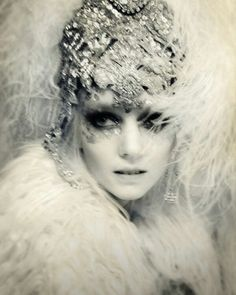 Vintage-look white feather & sequin headdress Vintage Beauty, Vintage Fashion, Vintage Gypsy, Vintage Style, White Photography, Fashion Photography, Showgirls, Kawaii, Up Girl