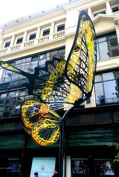 Las mariposas del artista Andrés Paredes sobrevuelan en Buenos Aires Street Installation, Dupont, South America Travel, Most Beautiful Cities, Toscana, City Streets, Public Art, Places To Go, Street Art