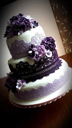 201501004 Svatební dort s krajkou v lila odstínech - Svatební dort roku 2015