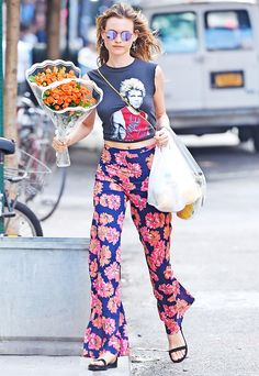 Adam Levine's wife, model Behati Prinsloo, rocked a tied-up Billy Idol vintage T-shirt with a pair of flowy pink-and-orange daisy-printed pants to run errands in New York City on July Behati Prinsloo, Street Style Summer, Street Style Women, Street Styles, Fashion Niños, Daily Fashion, Street Fashion, Floral Print Pants, Printed Pants