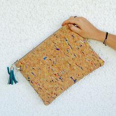 Pochette Sac à main en liège pour un effet bohème et nature : clutch avec dragonne ou bandoulière (anse)