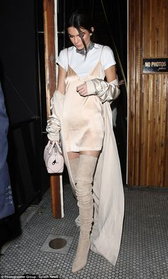 Kendall Jenner İnce askılı ve kısa saten elbisesini içine giydiği beyaz ti. Kendall Jenner Kendall Jenner, who uses her slim strap and short satin dress with a white t-shirt, completes her combinati Le Style Du Jenner, Kendall Jenner Estilo, Maxi Robes, Under Dress, Street Style, Street Chic, Nice Dresses, Slip Dresses, Celebrity Style