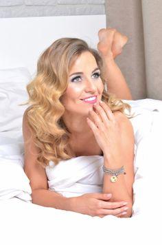 Aktorka Honorata Witańska - zdjęcie z kampanii promującej jej autorską kolekcję biżuterii