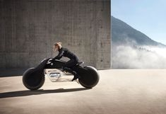 https://youtu.be/oW0ShDRggts It's hilariously karmic, when I wrote this article about a BMW Motorrad concept bike that ushered in the age of self-driven two-wheelers, I also issued