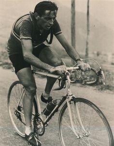 Tour de France 1952. 10^Tappa, 7 luglio. Losanna > L'Alpe d'Huez. Fausto Coppi (1919-1960) lanciato verso la conquista della maglia gialla