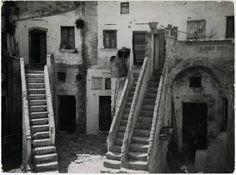 Case tipiche a Matera con ripide scalette d'accesso. 1951.