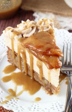 Caramel Apple Blondie Cheesecake - an apple spice blondie topped with no bake caramel cheesecake, topped with cinnamon apples and caramel #appleweek