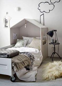 Como uma cabeceira 3D, esta casinha com telhado e janela forma uma cabeceira fofa e divertida para um quarto de menina. Além disso, a graça está no desenho da chaminé e da fumaça.