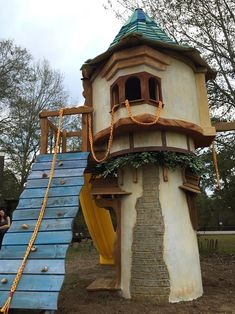 Rapunzel's Castle Tree House! I want this is looks amazing and Rapunzel is my one of my favorite disney movies. Casa Disney, Disney Rooms, Disney Dream, Disney Playroom, Rapunzel Castle, Rapunzel Room, Casa Kids, Disney Home Decor, Play Houses