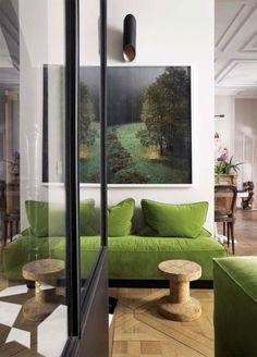 Ce canapé vert Greenery va très bien dans cet intérieur naturel composé d'un parquet clair et d'une verrière