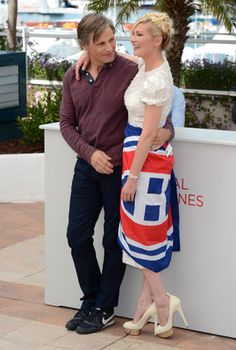 """Viggo Mortensen and Kirsten Dunst pose with a Montreal Canadiens flag at a Cannes photo call for """"On the Road"""". Photo by Keystone Press"""
