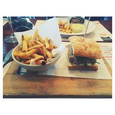 Hoy nos pedimos... una hamburguesa  de terneracon patatas fritas, en Meat Packing Bistro. Ofrecen una carta con productos elaborados e ingredientes orgánicos, que te trasladarán a NY con una cocina desenfadada. Varios espacios, con diferentes aires pero muy luminosos☀️ por los grandes ventanales. Todo delicioso, debéis dejaros caer por allí. #foodyingbcn #foodiesbcn #burger #fries #delicious #slowfood #barcelona #newyork
