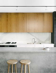 Kitchen Like the mix of textures and materials . Hayman house Melbourne, via Mini Est mag