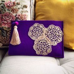 This Pin was discovered by sum Diy Pochette, Potli Bags, Embroidery Bags, Crochet Decoration, Crochet Cushions, Felt Fabric, Vintage Purses, Handmade Bags, Clutch Bag