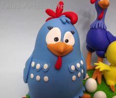 Topo de bolo da galinha pintadinha com o nome    Galinha pintadinha com 12cm da altura  Galo com 15cm de altura  e pintinho com 8cm de altura    Base com 18cm de diâmetro