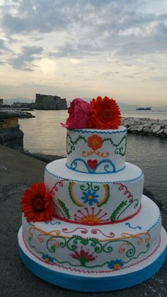 Uno sfondo d'eccezione per una rainbowedding mexican cake. Chiffon con chantilly e pistacchio per il piano superiore, torta delizia al limone per quello inferiore