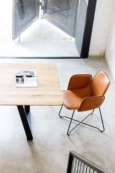 Lederstuhl Like - Design Armlehnstuhl aus Leder. Wird aus bestem Leder & Rohstahl gefertigt. Unterschiedlichste Lederfarben erhältlich. #bespoke #bespokedesign #armlehnstuhl #leder #lederstuhl #design #cognac #armlehnstuhlesszimmer #esszimmer Designer, Lounge Chairs, Home Decor, Dining Room Inspiration, Contemporary Chairs, Dining Table Chairs, Paint Lamps, Timber Wood, Chaise Lounge Chairs