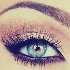 Göz farı nasıl sürülür ? :) 3-Buğulu gözler; Eyeliner sürerken oluşan hataları her zaman düzeltmek mümkün. Kahverengi ve yeşil renkteki göz farlarını karıştırıp eyeliner'ın üzerine sürün. Bu iki rengin karışımı her zaman harikalar yaratıyor.