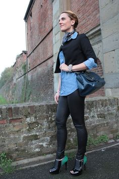 Margaret Dallospedale, Fashion blogger, Pleather leggings and denim shirt #kisssmylook
