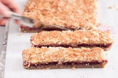 Bezlepkové malinovo-mandlové řezy | Apetitonline.cz Krispie Treats, Rice Krispies, Paleo, Cooking, Desserts, Food, Parenting, Kids, Glutenfree