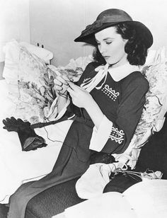 Vivien Leigh knitting during the production of Waterloo Bridge