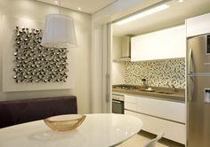 As portas Integram ou dividem ambientes: as portas de correr podem integrar ou separar ambientes como a sala de estar da sala de jantar ou da varanda , por exemplo. Sendo uma solução prática e moderna para os ambientes, ampliando ou limitando os espaços