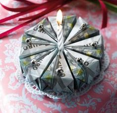 This is what a lucrative birthday cake looks like. The origami folding instructions for the money cake can be found here. Christmas Origami, Christmas Gift Wrapping, Christmas Gifts, Origami Folding, Useful Origami, Diy Birthday, Birthday Gifts, Birthday Cake, Craft Gifts